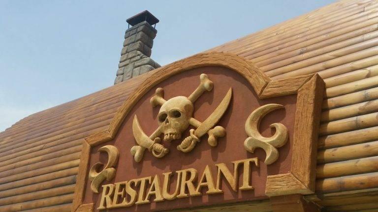 Theming natpisa iznad ulaza u restoran