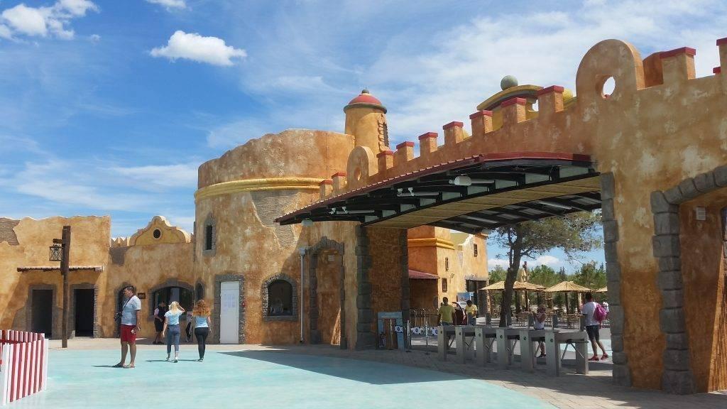 Theming glavnog ulaza u zabavni park s unutrašnje stranje